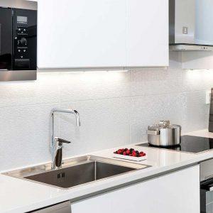Installerad vattenkran i nytt kök